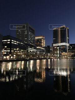 オフィスビルを照らす池の写真・画像素材[943662]