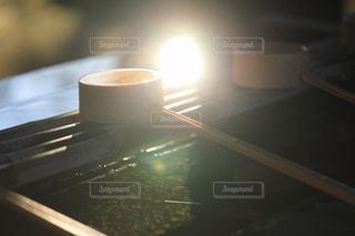 朝陽が射す手水舎の柄杓の写真・画像素材[954139]