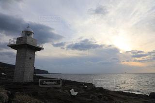 日没前の出番を待つ灯台の写真・画像素材[955771]