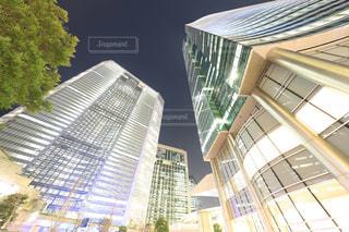 夜のオフィスビルの写真・画像素材[966891]