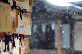雪と絵馬の写真・画像素材[990904]