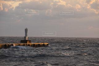 夕陽を浴びる灯台の写真・画像素材[998207]