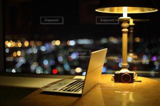 夜景を眺めながら仕事の写真・画像素材[1066073]
