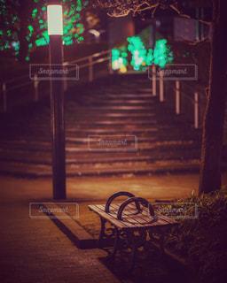 街灯に照らされたベンチの写真・画像素材[1757259]
