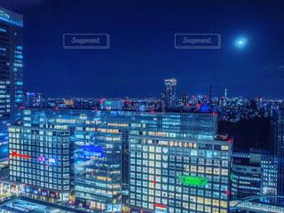 夜に光る新宿のビルの写真・画像素材[1764185]