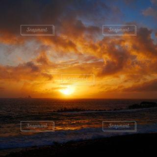 三宅島の海岸から眺める夕陽の写真・画像素材[1767977]