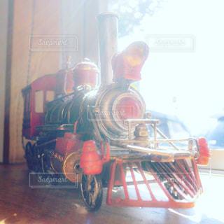 窓際の機関車のオブジェの写真・画像素材[1768152]