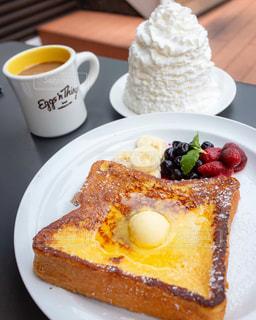 生クリームたっぷりのモーニングトーストの写真・画像素材[1770299]