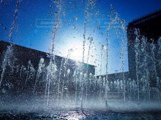 空に飛び立つ噴水の写真・画像素材[1772090]