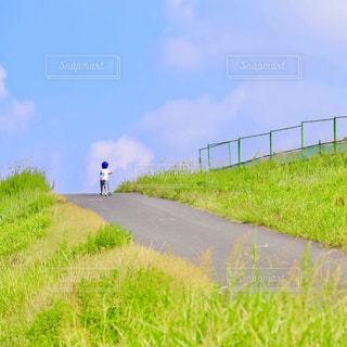 坂を上がる子どもの写真・画像素材[1772100]