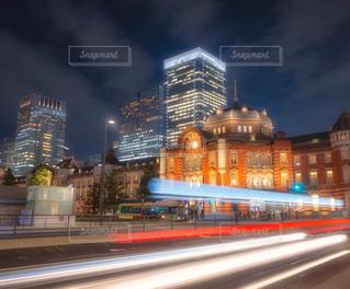 車の軌跡と東京駅の写真・画像素材[1777690]