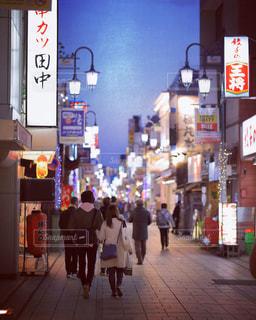 街の通りを歩く二人の写真・画像素材[1778329]