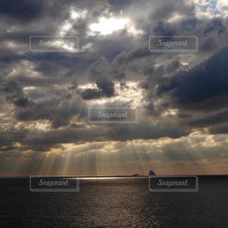 海面に天使の梯子の写真・画像素材[1780181]