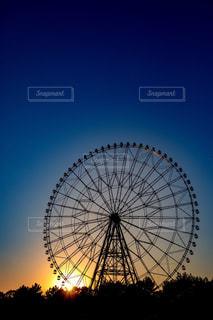 日没前の観覧車の写真・画像素材[1780222]