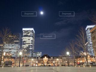 満月と東京駅の写真・画像素材[1786943]