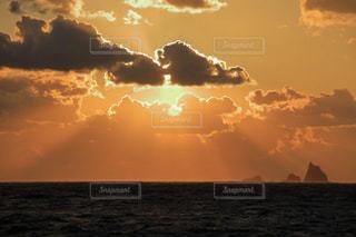 夕焼け空と三宅島の三本岳の写真・画像素材[1787010]