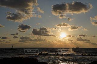 荒れた海と夕焼けの写真・画像素材[1787014]