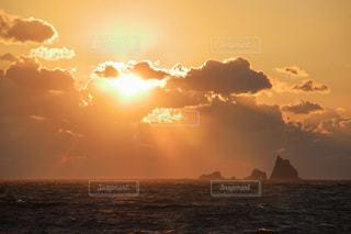 夕焼けと三宅島の三本岳の写真・画像素材[1787015]