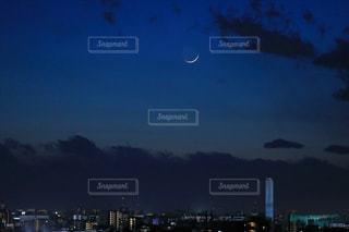 三日月浮かぶ夜空の写真・画像素材[1787016]