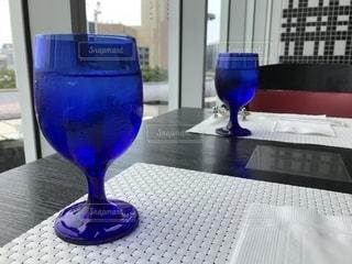 テーブルに置かれたグラスの写真・画像素材[1793690]