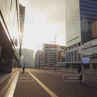 早朝の新宿駅前の写真・画像素材[1794841]