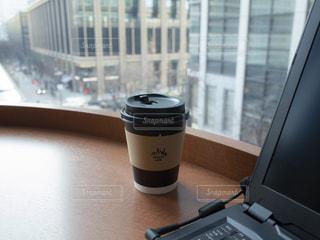 窓際のコーヒーの写真・画像素材[1812790]