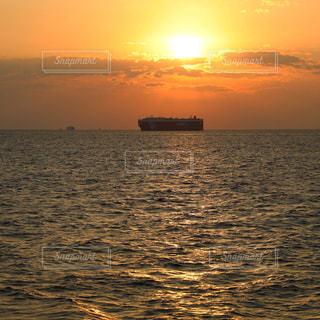 夕焼けを浴びる貨物船の写真・画像素材[1816980]