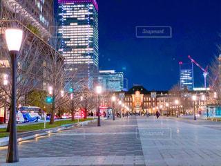 夜の東京駅丸の内駅前広場の写真・画像素材[3031083]