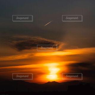 飛行機雲と夕焼けの写真・画像素材[3172150]