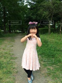草の中に立っている少女の写真・画像素材[737449]