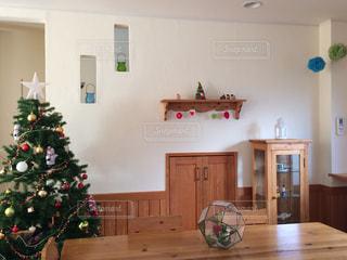 クリスマス ツリーとリビング ルームの写真・画像素材[894060]