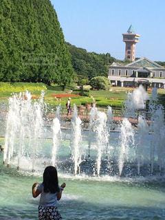 噴水と少女の写真・画像素材[1285047]