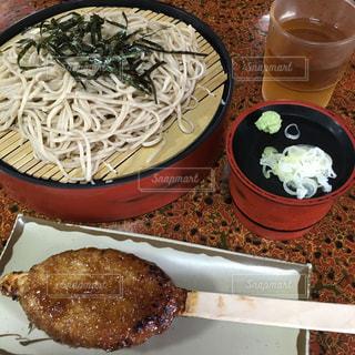 板の上に食べ物のボウルの写真・画像素材[742054]