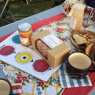 テーブルな皿の上に食べ物のプレートをトッピングの写真・画像素材[1027622]