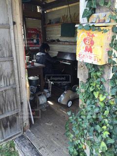 小屋の中でピアノを弾いてるの写真・画像素材[792966]