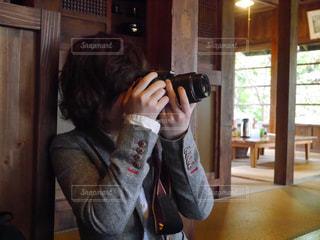 カメラを構える人の写真・画像素材[744284]