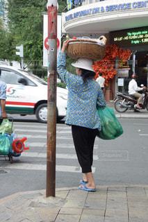頭に荷物をのせて運ぶベトナムの女性 - No.810063