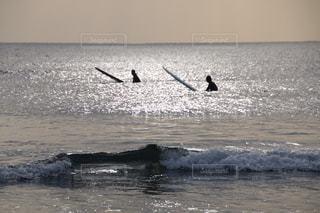 海でサーフボードで波に乗って男の写真・画像素材[1092018]