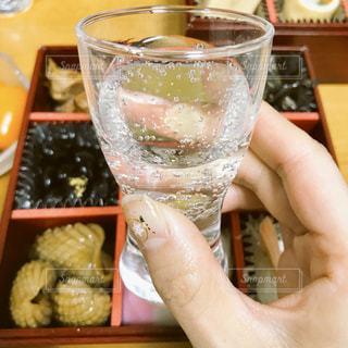 おせちとスパークリング日本酒の写真・画像素材[938887]