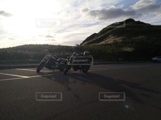 バイクは山の道路脇に駐車します。の写真・画像素材[738063]