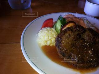 白い皿、カップで肉や野菜をトッピングの写真・画像素材[738069]