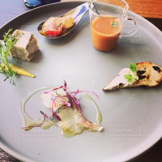 テーブルの上に食べ物のプレートの写真・画像素材[738984]