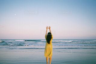 海と夕暮れと黄色いワンピース - No.739097