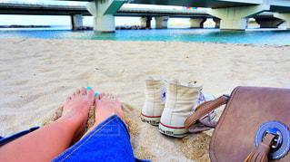 ビーチに座っている人 - No.921878