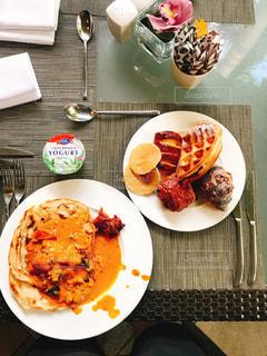 テーブルの上に食べ物のプレート - No.739229