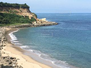 水の体の横にある岩のビーチ - No.739415