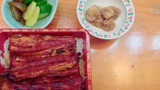 テーブルの上に食べ物のプレートの写真・画像素材[739644]