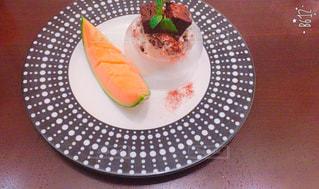 テーブルの上に食べ物のプレートの写真・画像素材[739680]