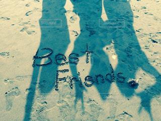 砂の中に立っている人の写真・画像素材[739752]