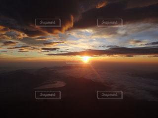 富士山の頂上から見るご来光の写真・画像素材[1427567]